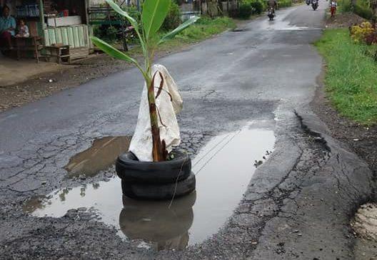 Jalan Provinsi Di Pasbar Mengancam Keselamatan Pengendara