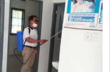 Antisipasi Covid-19, Ketua Fraksi Gerindra H. Erianto Lakukan Penyemprotan Ke Rumah-Rumah Warga